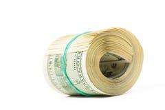Torcido líe 100 billetes de dólar aislados en blanco Fotografía de archivo libre de regalías