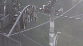 Torciendo las ruedas de trabajar la construcción metálica aérea de la elevación almacen de video