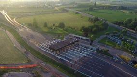 Tore der Gebührnsammelstation mit wenigen Autos, die herum Landstraße, grünes Feld kommen stock footage