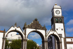 Tore Portas DA Cidade und Heiliges Sabastian-Kirche mit Glockenturm, Ponta Delgada, Portugal Lizenzfreies Stockbild