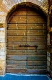 Tore von Brettern mit Vorhängeschlosshintergrund Stockfoto