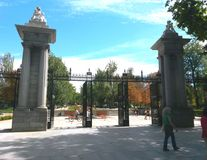Tore zum EL Retiro parken in Madrid stockbilder