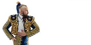 Toreador in blauw en gouden kostuum of typische Spaanse die stierenvechter over wit wordt geïsoleerd royalty-vrije stock foto
