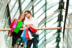 toreb centrum handlowego mężczyzna zakupy kobieta Zdjęcie Stock