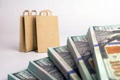Toreb na zakupy paczki dolary zdjęcie stock