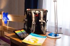 Toreb pióra i ćwiczenie książka na biurku Obraz Royalty Free