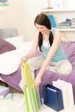 toreb szczęśliwy zakupy uczeń odpakowywa potomstwa Fotografia Royalty Free