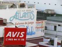 Toremolinos, Espanha 12/31/2006 Sinais de anúncio no fá de construção foto de stock