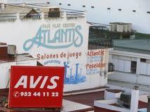 Toremolinos, Hiszpania 12/31/2006 Reklamowi znaki na budować fa zdjęcie stock