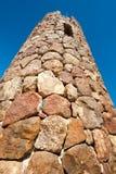 Toren die van rotsen met een klein venster bij de bovenkant wordt gemaakt stock foto