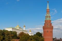 Toren en het Grote Kremlin Palac de van de Waterpomp (Vodovzvodnaya) stock afbeelding