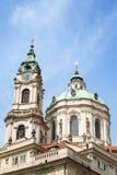Toren en koepel van St Nicholas Church in Praag Stock Foto's