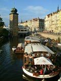 Toren en restaurant op boot op Vltava-rivier in Praag royalty-vrije stock afbeelding