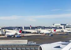 Toren en Terminal 4 van de Luchtverkeerscontrole met Luchtvliegtuigen bij stock afbeeldingen