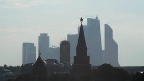 Toren het Kremlin op een achtergrond van de Stad van wolkenkrabbersmoskou Stock Afbeeldingen