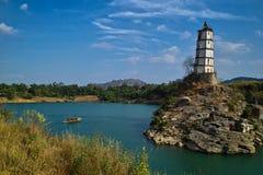 Toren op eiland in oceaan Royalty-vrije Stock Fotografie