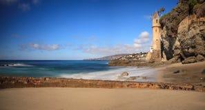 Toren over Rotsachtige kusten in Victoria Beach in Laguna Beach stock foto