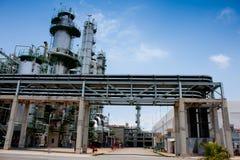 Toren in petrochemische fabriek Stock Afbeelding