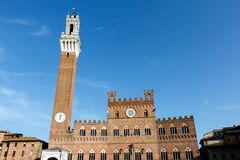 Toren in Siena, Italië met een blauwe hemelachtergrond royalty-vrije stock foto