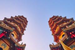 Toren Twee van Draak en Tiger Pagodas op lotusbloemvijver in zonsondergangtijd bij Zuoying-district stock afbeeldingen
