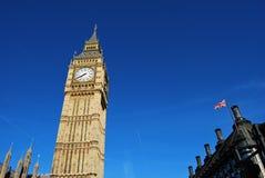 Toren van Big Ben, de Post van Westminster en Britse Vlag Stock Foto's