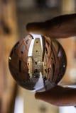Toren van Bologna in een kristallen bol stock afbeelding