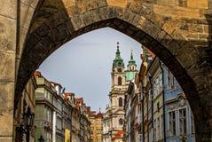 Toren van Charles Bridge-ingang aan oude stad Praag, Controlerepubliek Stock Afbeelding