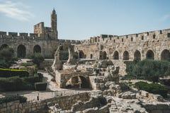 Toren van de Citadel van David of van Jeruzalem Jeruzalem, Israël Binnenplaats, achter een hoge steenmuur Sightseeing in de Oude  royalty-vrije stock foto's