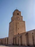 Toren van de Grote Moskee in Kairouan tegen een blauwe hemel Royalty-vrije Stock Fotografie