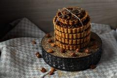 Toren van de heerlijke cakes met noten op plaat Royalty-vrije Stock Afbeelding