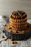 Toren van de heerlijke cakes met noten op plaat Royalty-vrije Stock Fotografie