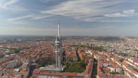Toren van de de meningstelevisie van het hommel de luchtpanorama in Praag, Tsjechische Republiek stock footage