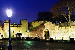 Toren van de muren van Londen bij nacht stock foto's