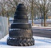 Toren van gestapelde banden in allerlei grootte en vormen, mooie openluchtdecoratie stock foto