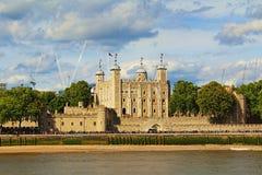 Toren van het kasteel van Londen op de Rivier Londen het Verenigd Koninkrijk van Theems stock afbeeldingen