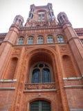 Toren van het rode die stadhuis in Berlijn door lager deel, Duitsland wordt gezien royalty-vrije stock fotografie