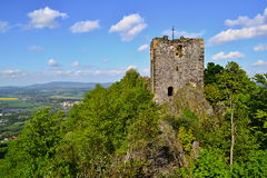 Toren van kasteelruïnes op een heuvel stock fotografie