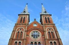 Toren van Katholieke kerk Saigon in Vietnam Stock Afbeeldingen