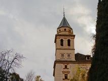 Toren van kerk van Santa Maria de Alhambra, Granada, Spanje, op een bewolkte dag Stock Fotografie