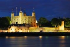 Toren van Londen bij de zomernacht die wordt verlicht Stock Afbeeldingen