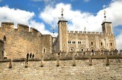 Toren van Londen in een blauwe hemel Stock Afbeelding