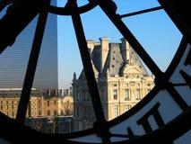 Toren van Louvre door klok Orsay Stock Afbeelding