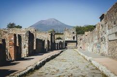 Toren van Mercury met Volcano Mount Vesuvius op de achtergrond, stock afbeelding