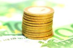 Toren van muntstukken over bankbiljetten Stock Fotografie