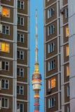 Toren van Ostankino in het hiaat tussen de huizen stock fotografie