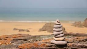Toren van rotsen op een strand met geluid stock footage