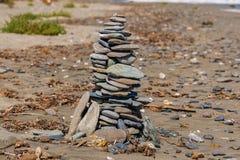 Toren van stenen op een zandig strand royalty-vrije stock foto