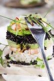 Toren van zwart-witte rijst met garnalen en courgette Royalty-vrije Stock Afbeeldingen