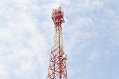 Toren voor communicatie met telecommunicaties Royalty-vrije Stock Afbeeldingen