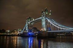 Torenbrug bij nacht met verlichting in bewolkte hemel stock fotografie
